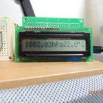 大気圧表示LCDを立てて置けるように基板にのせました