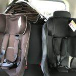 コンパクトカーの後部座席に2つチャイルドシートをつけたとき、真ん中に人は乗れるか?